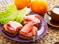 Испанска закуска с пълнозърнест хляб, домати и хамон (прошуто)